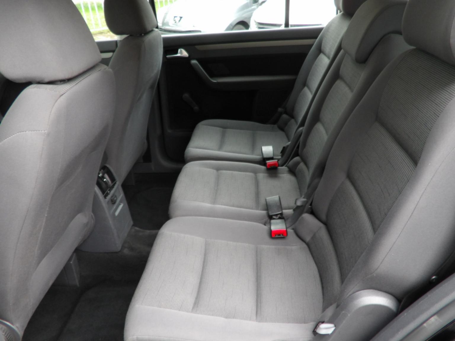 Volkswagen-Touran-12